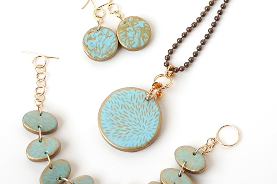 Easy silkscreen polymer clay jewelry tutorial #scupleyprojects