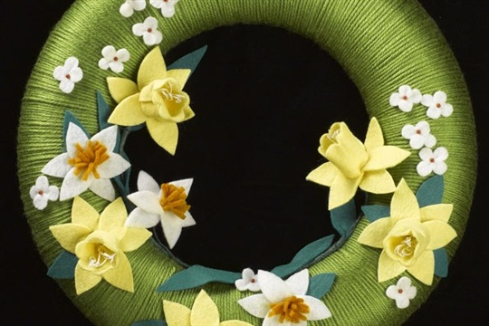 Craft a bouquet of daffodils for your spring wreath